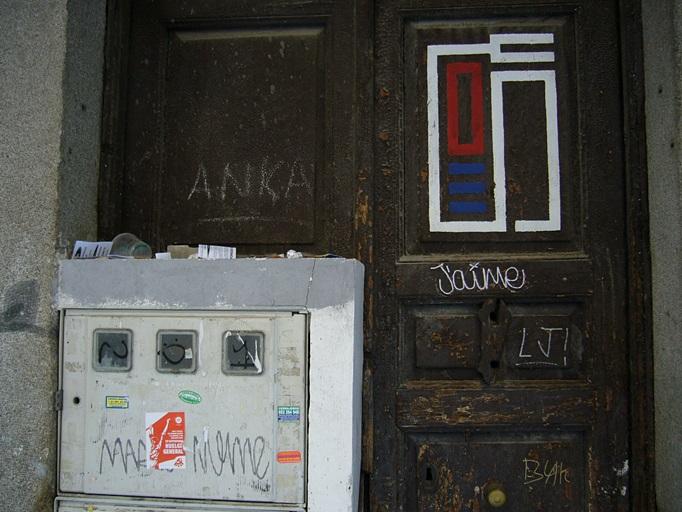 Puerta, caja de registro y vaso